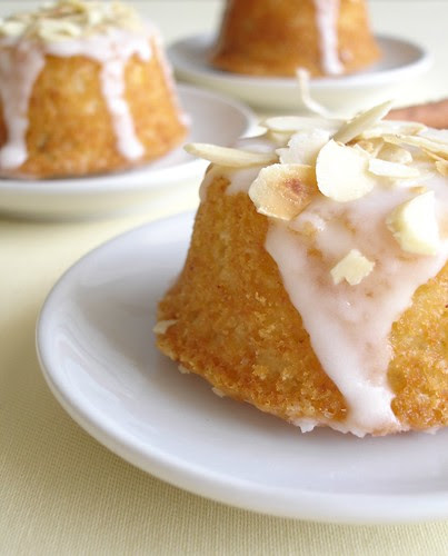 Spiced yogurt mini cakes