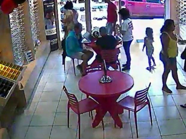 OUSADIA: Dupla se finge de cliente e rouba ótica no MA