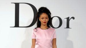 """Rihanna fala que sua campanha para Dior é importante para que """"mulheres de todas as raças se sintam bonitas"""""""
