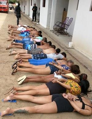 Detidos foram conduzidos para a delegacia, onde foram autuados em flagrante (Foto: PM/Divulgação)