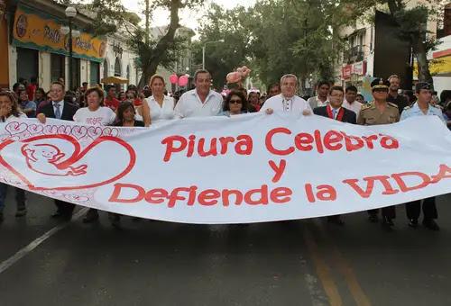 Mons. José Antonio Eguren junto a autoridades de Piura en Marcha por la Vida. Foto: Arzosbispado de Piura