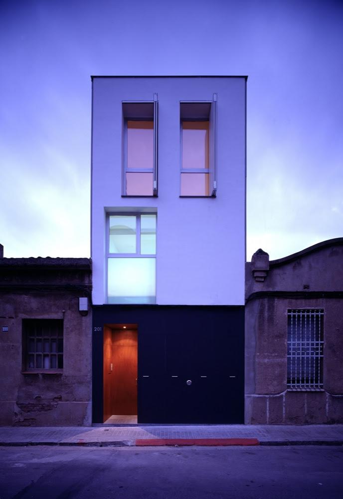Casa 127 h arquitectes tecno haus for Fachadas de casas de 5 metros de ancho