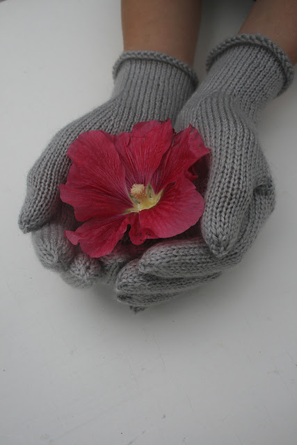 Gorgeous glamour 4-ply wool knitted gloves with tiny pearl buttons on cuff