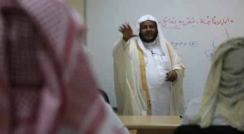 À raison de trois heures de cours chaque jour pendant dix semaines, sanctionnées par un examen final, les détenus d'al-Thoumama apprennent à ne pas retourner dans le giron d'al-Qaida.