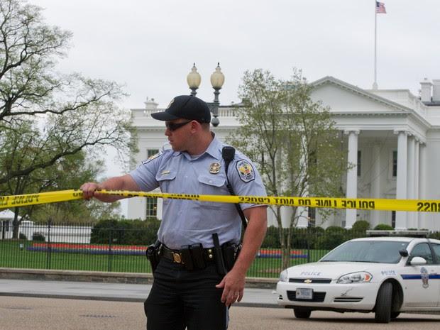 Um cordão de isolamento foi posto em frente à Casa Branca, residência oficial do presidente em Washington, depois das explosões na Maratona de Boston. (Foto: Mladen Antonov/AFP)