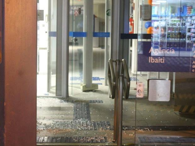Ladrões invadiram agência ao atirarem contra portas e janelas (Foto: Mariza Oliveira/Arquivo pessoal)