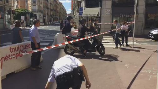 Cordon de sécurité devant le commissariat visé par l'attentat