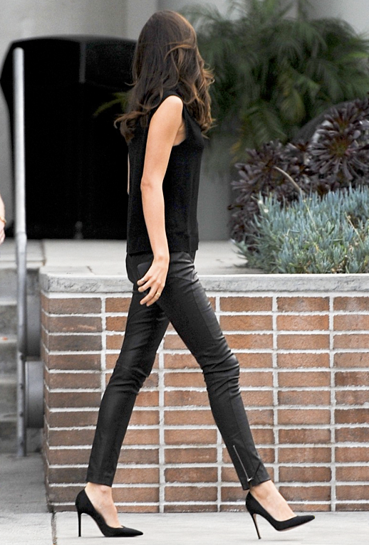 MIRANDA KERR STYLE FASHION LEAVING CHELSEA LATELY BLACK TANK TOP SLEEVELESS TOP LEATHER SKINNY PANTS BLACK POINTY TOE PUMPS 5