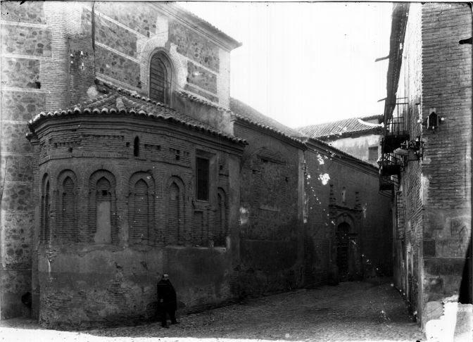 Ventura Reyes Prósper junto al ábside de Santa Isabel  © Fondo Rodríguez. Archivo Histórico Provincial. JCCM. Signatura Album4-1264