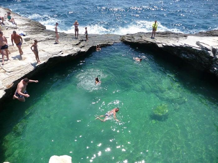 estanque de agua entre dos rocas