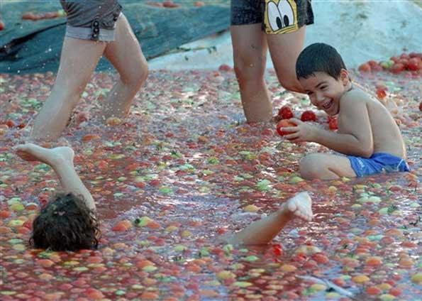 Israel festeja colheita com piscina de tomate