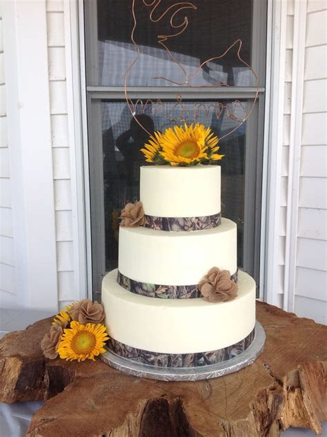 Wedding cake with camouflage ribbon   Cake/Cupcake