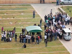 Família e amigos acompanham enterro de adolescentes em SP (Foto: Ricardo Cardoso/Frame/Estadão Conteúdo)