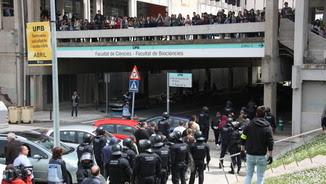 Els Mossos han hagut d'intervenir i s'han emportat el grup de neonazis fora del campus (ACN)