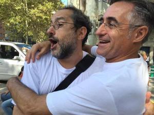 Tremosa i Baños s'abraçaven ahir a la manifestació dels somriures que va omplir els 5kms de Meridiana de Barcelona