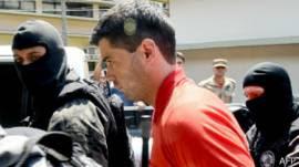 Thiago Henrique Gomes da Rocha, sospechoso de matar 39 personas en Brasil, es escoltado por la policía.