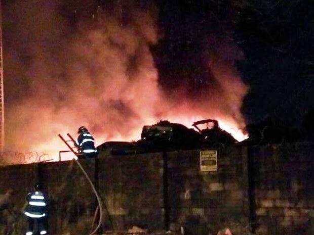 Bombeiros iniciaram combate ao fogo por volta das 5h (Foto: G1)