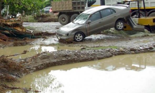 Χείμαρρος παρέσυρε αυτοκίνητα στη Μεσσηνία - Κεραυνός `έκοψε` δρόμο στην Αρκαδία