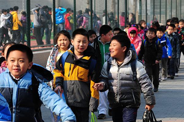 專家指出,兒童是未來的人力資本,讓孩子進城接受教育,有利於整個國家的經濟和社會發展。(MARK RALSTON/AFP)