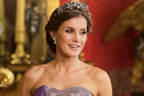 b4da2b6799 La reina Letizia recupera un vestido que llevó hace ocho años en la boda de  Kate Middleton