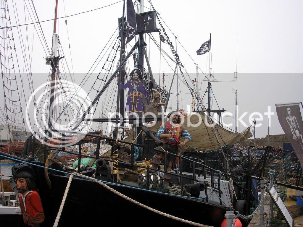 Ενα πειρατικο πλοιο -μαγαζακι- στο λιμανι της Penzance