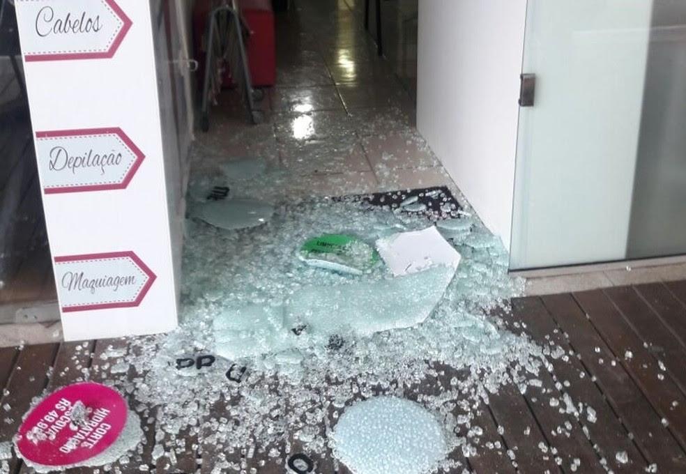Salão foi invadido em Itapoã, Vila Velha (Foto: VC no ESTV)