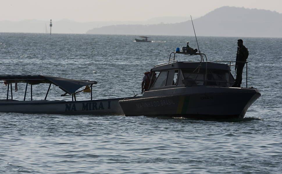 Barco Mira I é rebocado pela lancha Valencia da  marinha apos acidente entre os dois barcos  na praia de Aratu na base militar de Aratu após acidente com Lancha fazia a segurança da Presidente Dilma Rousseff