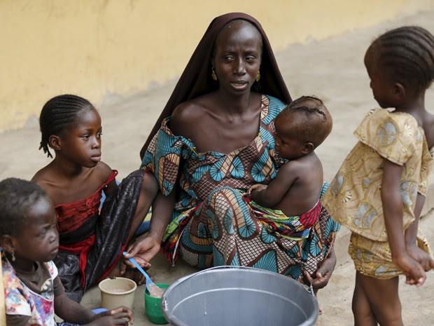 Uma mulher resgatada do Boko Haram alimenta um de seus filhos no campo de refugiados Malkohi, em Yola, na Nigéria, no domingo (3) (Foto: Reuters/Afolabi Sotunde)