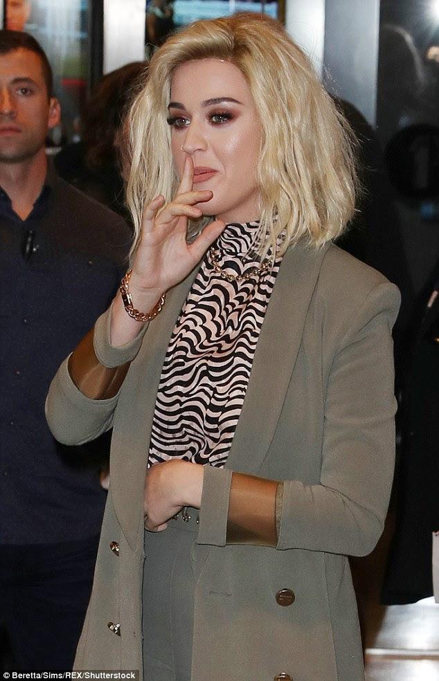 Glamorous: Katy, que está namorando Orlando Bloom, usava seus cabelos de platina em todas as ondas e emoldurou seus olhos com brilho de bronze pesado