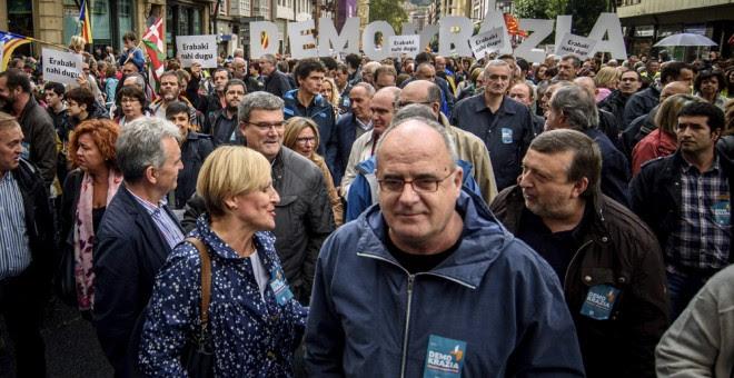 El alcalde de Bilbao Juan Mari Aburto y los presidentes del PNV en Bizkaia Itxaso Atutxa, Álava, José Antonio Suso y Gipuzkoa, Joseba Egibar, en la manifestación convocada por la organización soberanista Gure Esku Dago en apoyo al referéndum catalán. EFE/