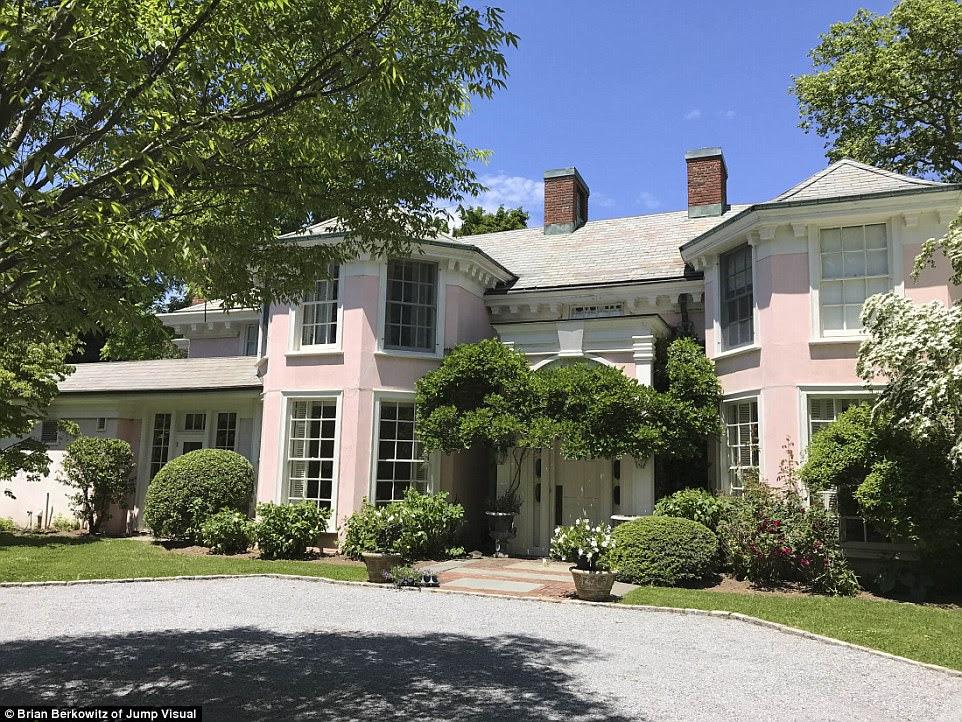 Impeccable: một trong những hình trên được biết đến như vách vôi Palm-Beach-style Pond House.  Morgan cho phép bạn bè và gia đình xây dựng nhà ở trên đảo bắt đầu vào những năm 1940