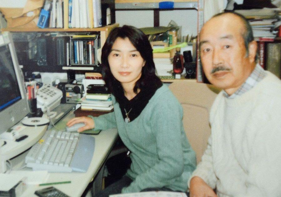 Registro da repórter Mika Yamamoto e seu pai Koji Yamamoto em agosto deste ano / JIJI PRESS / AFP