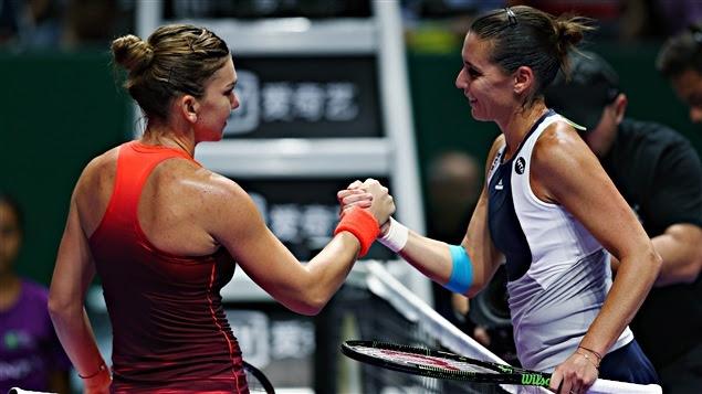 Simona Halep (à gauche) félicitée par Flavia Pennetta à Singapour