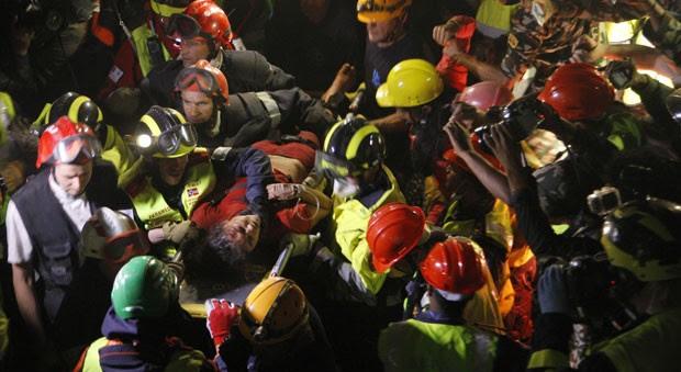 Equipes de resgate retiram Krishna Devi Khadka dos escombros causados pelo terremoto no Nepal nesta quinta-feira (30) cinco dias após o tremor (Foto: AP Photo/Bikram Rai)