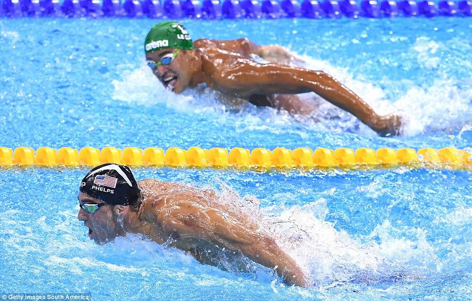 Michael Phelps continuou acumular medalhas de ouro olímpicas, nadando longe da rival Chad le Clos nos 200 metros borboleta