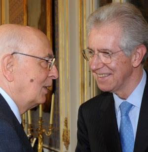 """Berlusconi ha rassegnato le dimissioni la folla urla """"buffone"""" e lancia monetine Pdl, sì a Monti. Letta: faccio passo indietro"""
