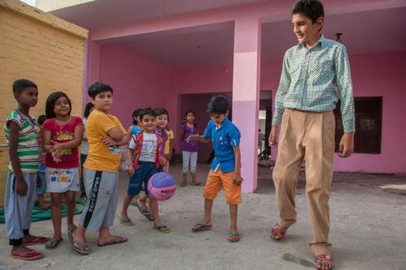 O menino de 8 anos mais alto do mundo mede 2,10 metros 08
