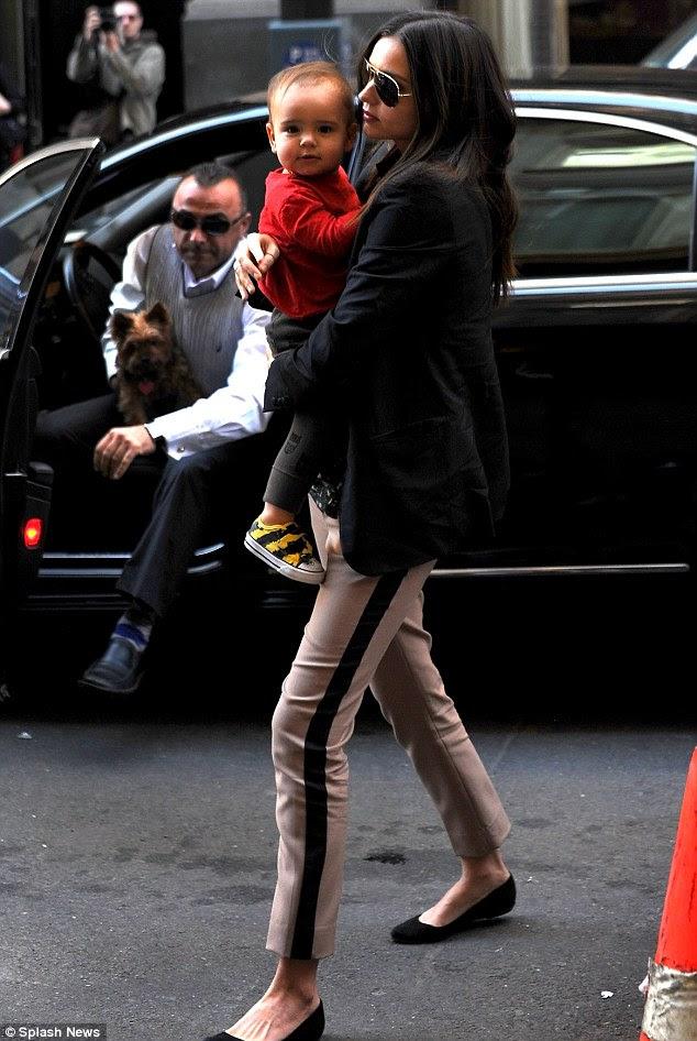 Voltar aos deveres maternais: Miranda foi flagrado fora de casa com seu filho Flynn, em Nova York hoje