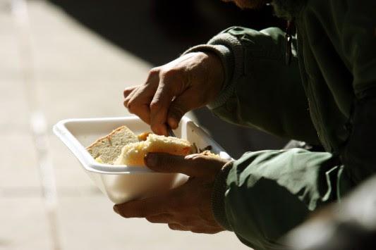 Στοιχεία σοκ της ΕΛΣΤΑΤ: Ένα στα τέσσερα νοικοκυριά στο όριο της φτώχειας – Ξεπερνούν τις 900.000 οι οικογένειες που ζουν με μισθό κάτω των 1.000 ευρώ
