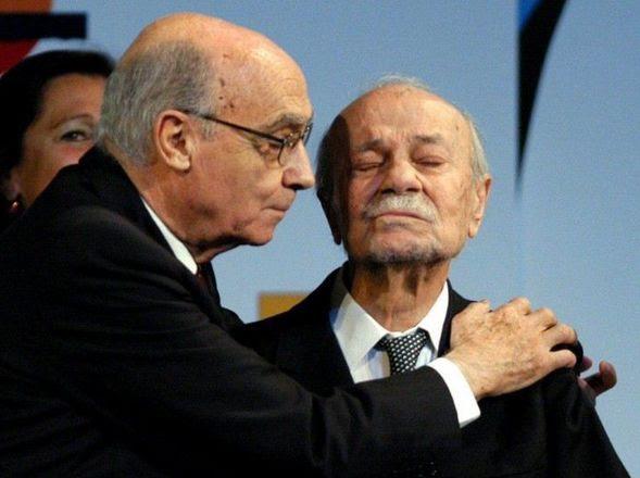 ABRAZO. Con José Saramago, en un homenaje en el Congreso de la Lengua en 2004. (AP)