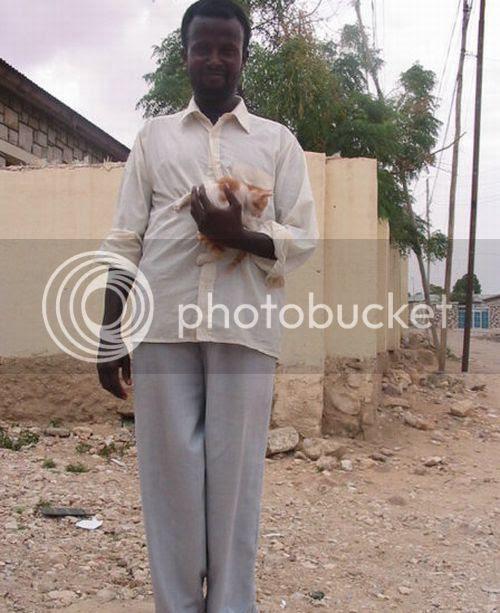 Ternyata salah seorang dari bajak laut Somalia sangat menyayangi binatang (kucing) tidak seperti hewan bajak laut umumnya yaitu burung gagak hitam