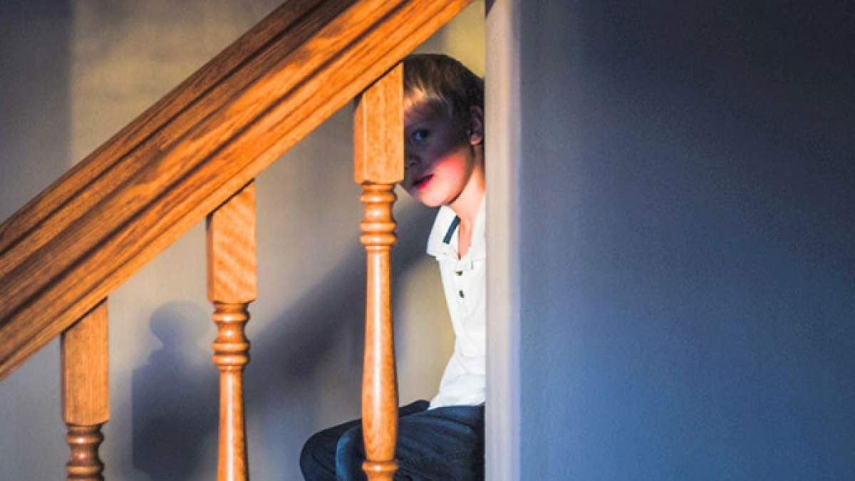 http://im1.7job.gr/sites/default/files/imagecache/1200x675/article/2017/28/233255-punished-kid-sitting-on-staircase.jpg