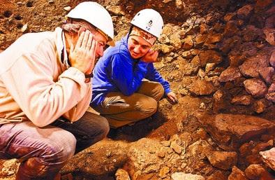 José Miguel Carretero explica a Rebeca García la forma en que fue encontrado el cuerpo del niño. DB/Alberto Rodrigo