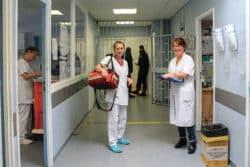 """Katia, infirmière et Florence, médecin s'apprêtent à visiter les détenus au quartier disciplinaire """"le mitard"""""""