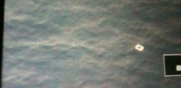 Imagem feita por aeronave vietnamita mostra o que se acredita ser um pedaço do avião da Malaysia Airlines