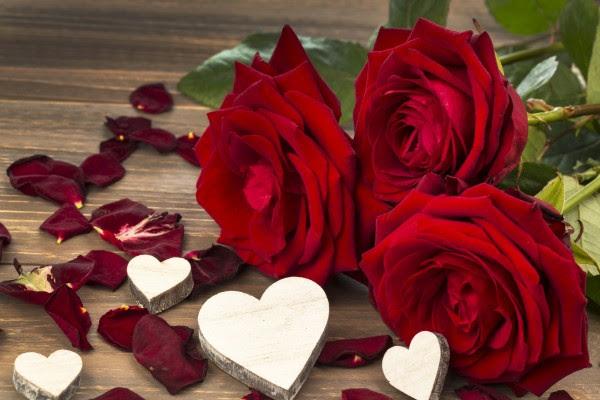 Corazones Blancos Tallados En Madera Junto A Unas Rosas Rojas 60482