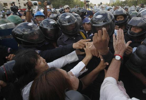 Protesters clash with police officers during a demonstration in central Phnom Penh March 31, 2014. REUTERS-Samrang Pring