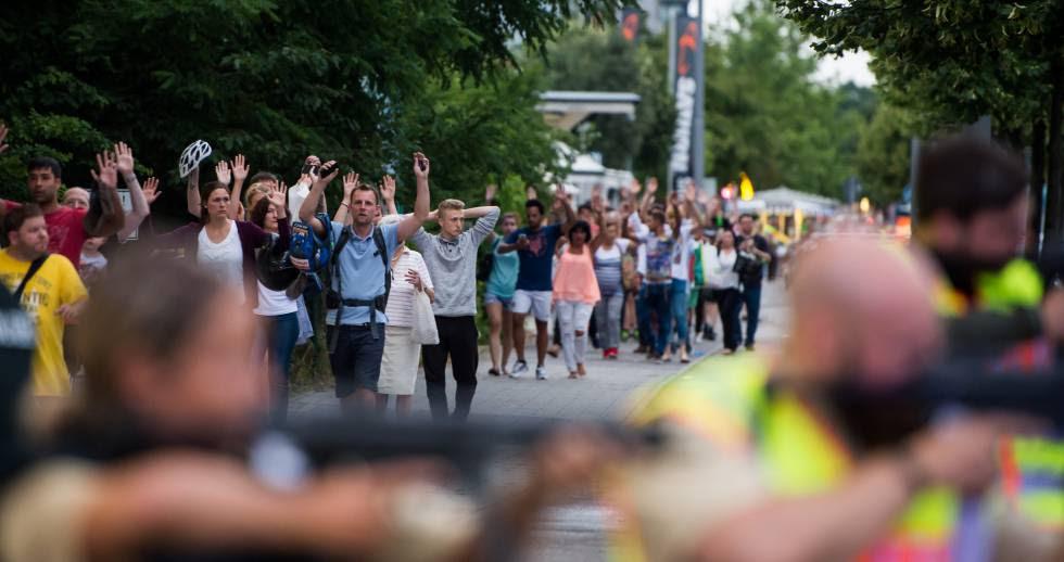 La Policía evacúa a ciudadanos que estaban en el centro comercial que sufrió el ataque de Múnich, el 22 de julio de 2016.