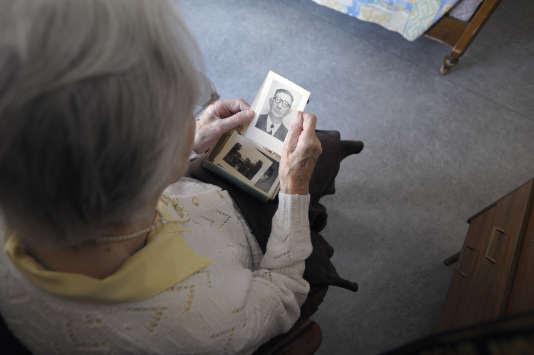 Une femme souffrant de la maladie d'Alzheimer dans une maison de retraite d'Angervilliers, en mars 2011.