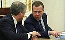 Председатель Правительства Дмитрий Медведев (справа) иПредседатель Государственной Думы Вячеслав Володин перед началом совещания спостоянными членами Совета Безопасности.